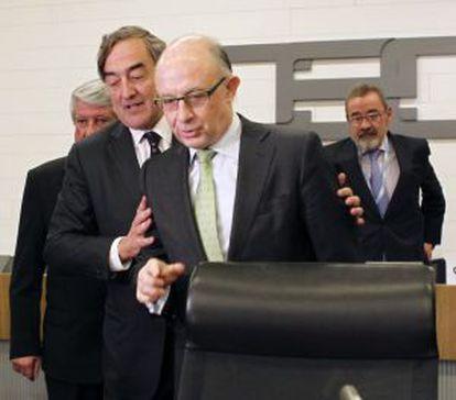El ministro de Hacienda, Cristóbal Montoro, en la junta directiva de la CEOE. En la imagen con su presidente Juan Rosell.
