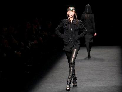 Un modelo exhibe un conjunto de la diseñadora catalana Txell Miras, durante la segunda jornada del salón de la Moda 080 Barcelona Fashion.