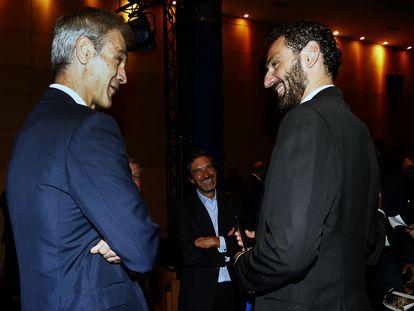 Antonio Martín, presidente de la ACB, y Jorge Garbajosa, presidente de la FEB, charlan en la presentación de la Liga Endesa