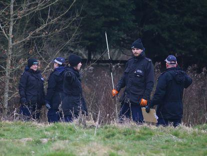 Agentes de policía rastrean este miércoles una zona de Ashford (Reino Unido) en busca de Sarah Everard.