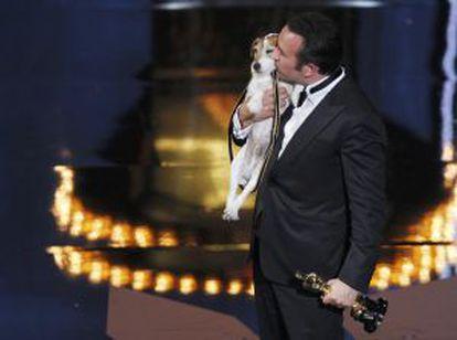 Jean Dujardin, besa a su compañero de reparto en The Artist, el perro Uggi, tras recoger el Oscar a mejor actor.