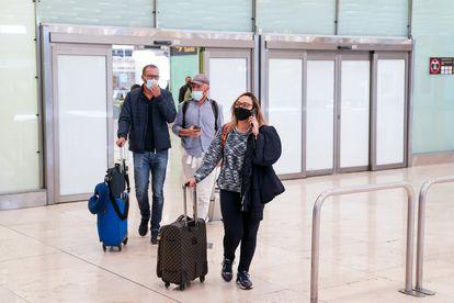 Varias personas a su llegada al aeropuerto de Madrid, el 10 de mayo.
