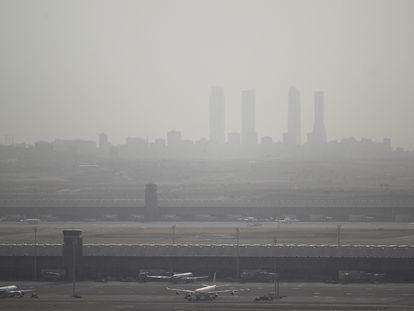 Contaminación por aire subsahariano con el aeropuerto de Barajas en primer término y al fondo las cuatro torres de la Castellana, en diciembre de 2019.