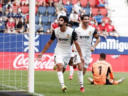 Guedes celebra su segundo gol en compañía de Carlos Soler, este domingo en El Sadar.
