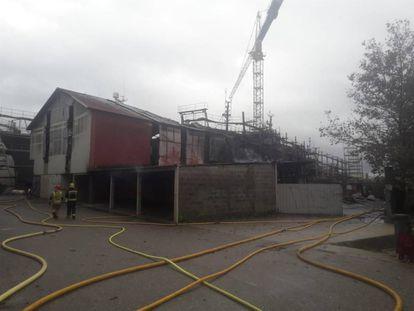 Un astillero con dos barcos arde en Lourizán