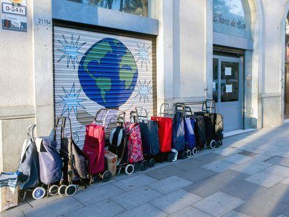 Varios carros puestos en fila para recoger lotes de comida en la ONG L´Hora de Déu del barrio del Raval de Barcelona, el pasado 13 de enero.