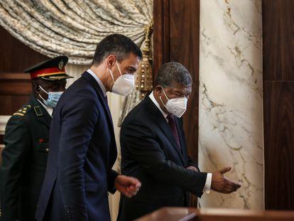 El presidente de Angola, João Lourenço, acompaña a Pedro Sánchez en el Palacio Presidencial de Luanda, este jueves.