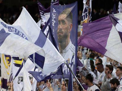 Banderas del Real Madrid son ondeadas al aire en las gradas del Santiago Bernabéu, el pasado 2 de marzo.