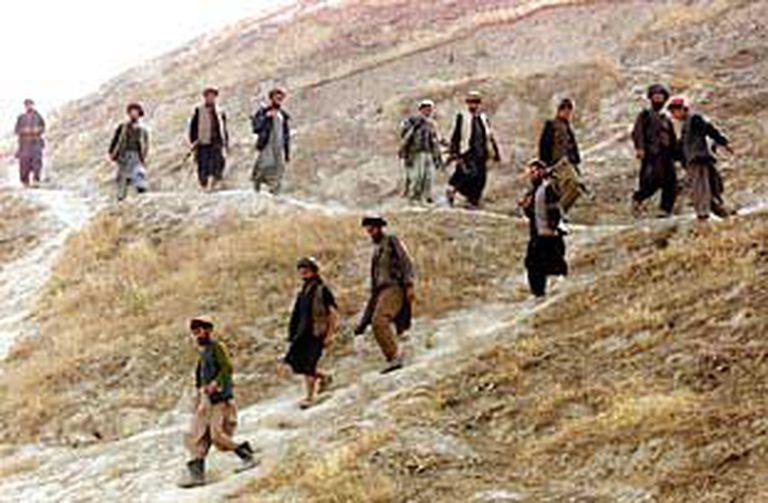 Soldados de la Alianza del Norte regresan a sus bases después de combatir en el frente de Charatoi.