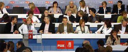 José Luis Rodríguez Zapatero, en elcentro, flanqueado por José Blanco y Leire Pajín, preside una reunión del Comité Federal del PSOE el pasado abril, en la que se decidió la candidatura a las elecciones europeas.