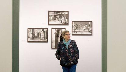 Joana Biarnés, antre algunas de las fotos de su exposición en el Palau Robert de Barcelona