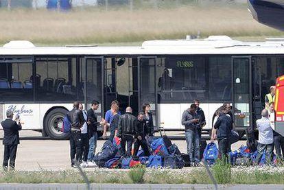 Los jugadores de la selección  francesa, en el aeropuerto de Le Bourget.