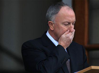 El ministro de Justicia irlandés, Dermot Ahern, ayer tras conocerse el informe de los abusos.