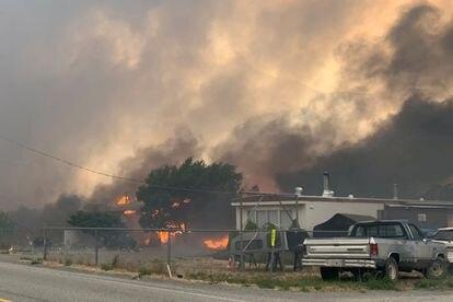 El humo se eleva e 30 de junio sobre la pequeña ciudad canadiense de Lytton, en la Columbia británica, después de que los incendios forestales obligaron a sus residentes a evacuar,