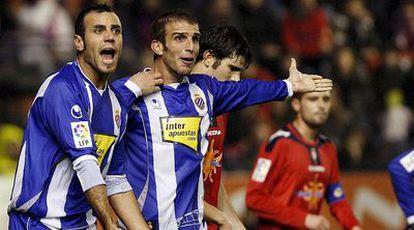 Los jugadores del Espanyol reclaman una falta al árbitro durante el partid ante Osasuna