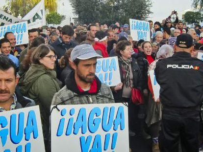 Agricultores protestan por la orden judicial de cerrar pozos en Doñana.
