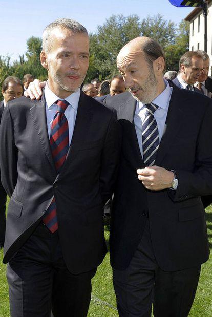 Alfredo Pérez Rubalcaba (a la derecha) habla con el ministro del Interior, Antonio Camacho, ayer en Valladolid.