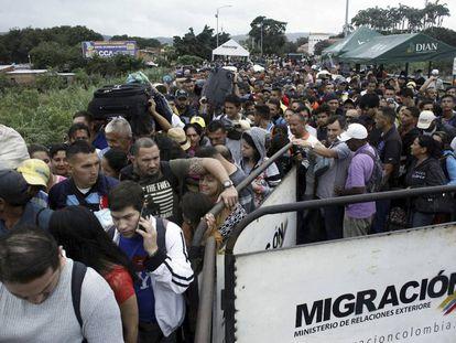 Miles de venezolanos en la frontera con Colombia.