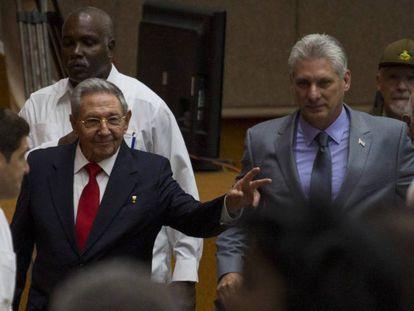 En esta foto de Cubadebate, se ve a Raúl Castro y a Miguel Diaz-Canel hoy a su llegada a la Cámara en La Habana.