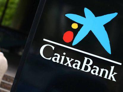El logo de CaixaBank, en una oficina de la entidad en Madrid.