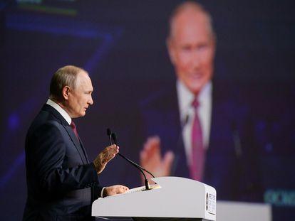 El presidente ruso, Vladímir Putin, en la sesión plenaria del Foro Económico de San Petersburgo, este viernes.