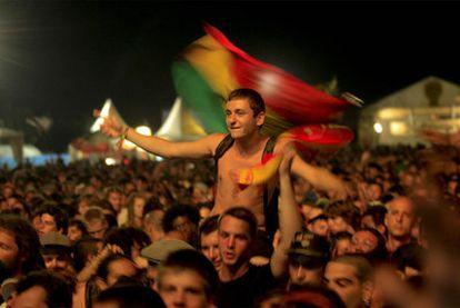 Arriba y a la izquierda, ambiente en la primera jornada del mayor festival de <i>reggae </i><b>de Europa</b>.