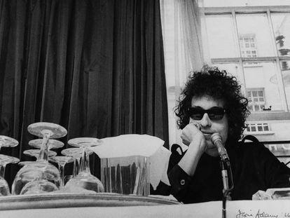 """Bob Dylan, con ese gesto tan suyo de """"supera eso""""."""