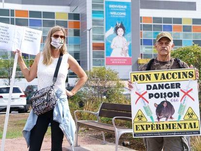 Manifestantes antivacunas frente a un hospital de Montreal, el 13 de septiembre.