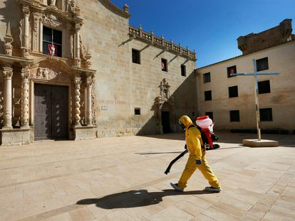 Operarios de una empresa contratada por el Ayuntamiento de Alicante desinfectan el monasterio de Santa Faz donde ha sido detectado un brote entre las monjas de clausura.