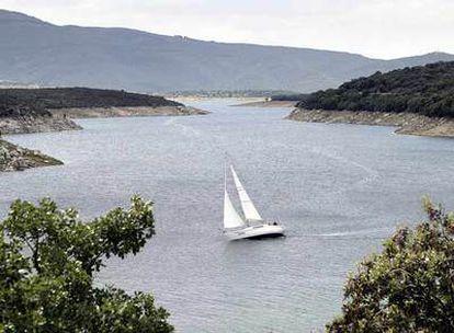 Un velero navega por el pantano de El Atazar.