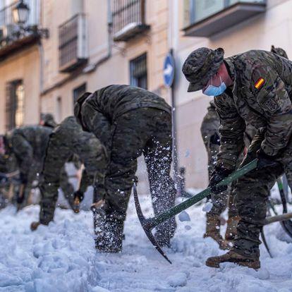 Militar de Emergencias (UME) y la Brigada Paracaidista (BRIPAC) del Ejército de Tierra están desplegados desde esta noche en Toledo para efectuar trabajos de limpieza y conexión de vías y, sobre todo, para garantizar el servicio del AVE Madrid-Toledo y la movilidad en el Casco Histórico.