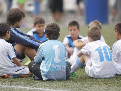 Equipo alevín del Antiguoko, club de fútbol de San Sebastián.