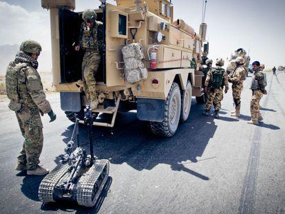 Un equipo de Estados Unidos con uno de los robots que utilizan para desactivar las bombas.