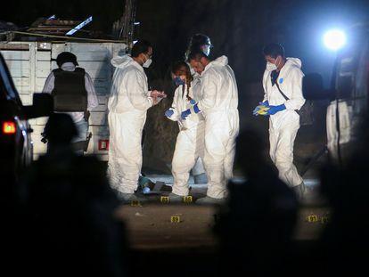 Agentes forenses que trabajan en la escena del crimen en Tonalá, Jalisco.