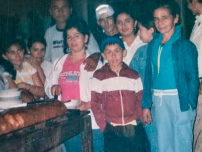 Blanca Gómez, vestida de azul, en una imagen de archivo cedida por su familia.