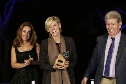 Carlota Pederson recoge el premio Formentor otorgado a su abuelo, el escritor Ricardo Piglia.