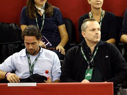 Nacho Palau y Miguel Bosé, durante uno de los partidos del Mutua Madrid Open en octubre de 2008.