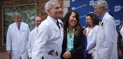 Nina Pham, de 26 años, abraza a uno de los médicos que la atendió.