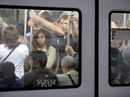 Pasajeros de la línea 1 del metro viajando a primera hora en el quinto lunes de huelga.