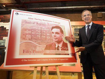 El gobernador del Banco de Inglaterra, muestra este lunes en Manchester el nuevo billete de 50 libras con el rostro del matemático Alan Turing