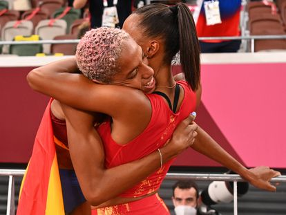 Yulimar Rojas (izquierda), oro olímpico en triple salto, se abraza con la española Ana Peleteiro (derecha), medalla de bronce, tras romper el récord del mundo (15.67).