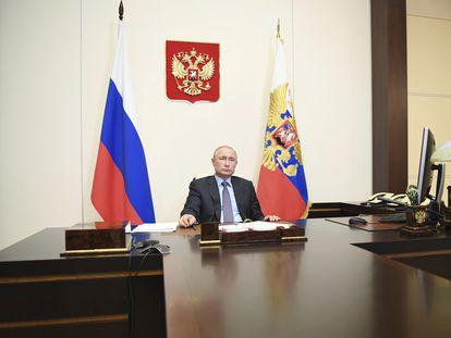 Vladímir Putin, durante una videoconferencia ministerial desde su residencia de Novo-Ogaryovo, a las afueras de Moscú, el jueves.