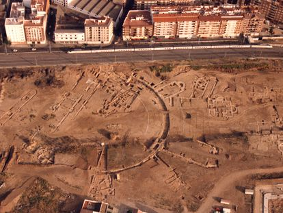 Vista aérea de la zona palatina del yacimiento de la Cercadilla, el 22 de mayo de 1991, dos días antes de la entrada de las excavadoras.