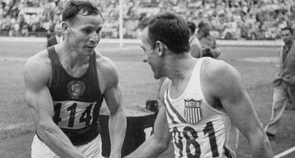 El atleta estadounidense Charlie Moore y el ruso J. Lituev se saludan en los Juegos Olímpicos de Helsinki de 1952.