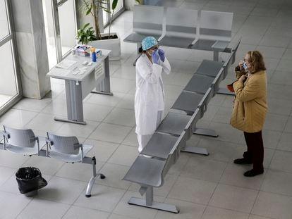 Una sanitaria hace el primer cribado y reparte mascarillas en el hall de entrada del Centro de Salud Calesas en Usera en Madrid, en una imagen de archivo durante el estado de alarma.