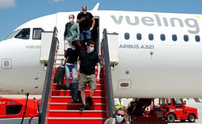 Pasajeros desembarcan de un vuelo de Vueling en Palma de Mallorca, en junio, de 2020.