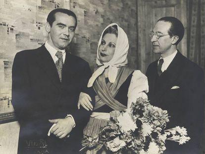 Federico García Lorca con la actriz Margarita Xirgu y el dramaturgo Cipriano Rivas Cherif, en el Teatro Español, de Madrid, en 1931.