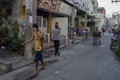 Una de las calles principales de la favela de Jacarezinho (Río de Janeiro), este martes, cinco días después de la operación policial que causó 28 muertos.