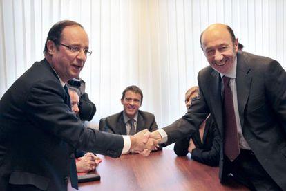 Alfredo Pérez Rubalcaba al comienzo de su reunión de François Hollande.