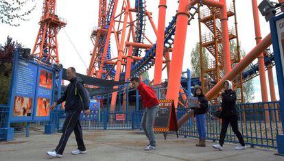 Una familia delante de una atracción cerrada del Parque Warner